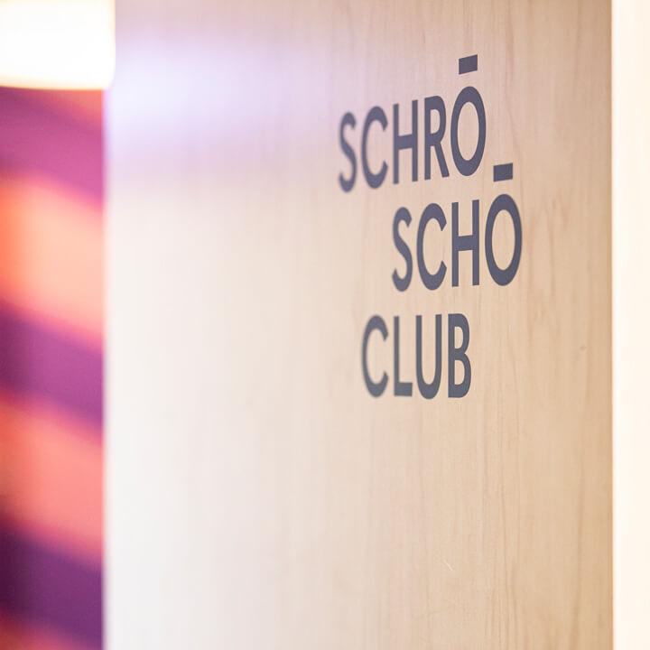 Das Logo der neu gestalteten Bürroräume bei Schröder+Schömbs PR. Der SchröSchöClub.