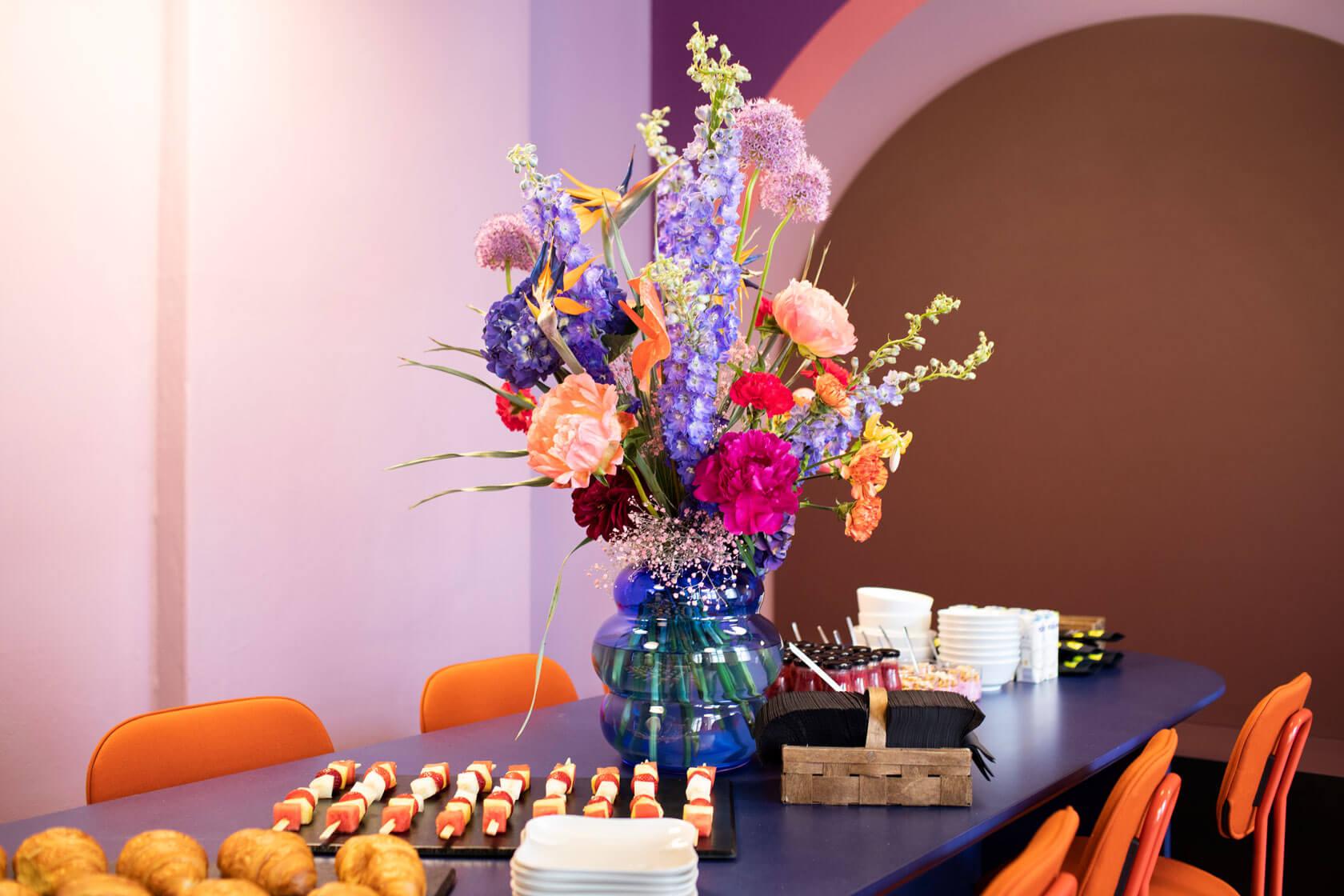 """Ein extravagantes Blumenbouquett ziert den reich gedeckten Buffett-Tisch bei der Einweihungsfeier der Büroräume von Schröder+Schömbs Pr nach dem Umbau zum """"SchröSchöClub"""""""
