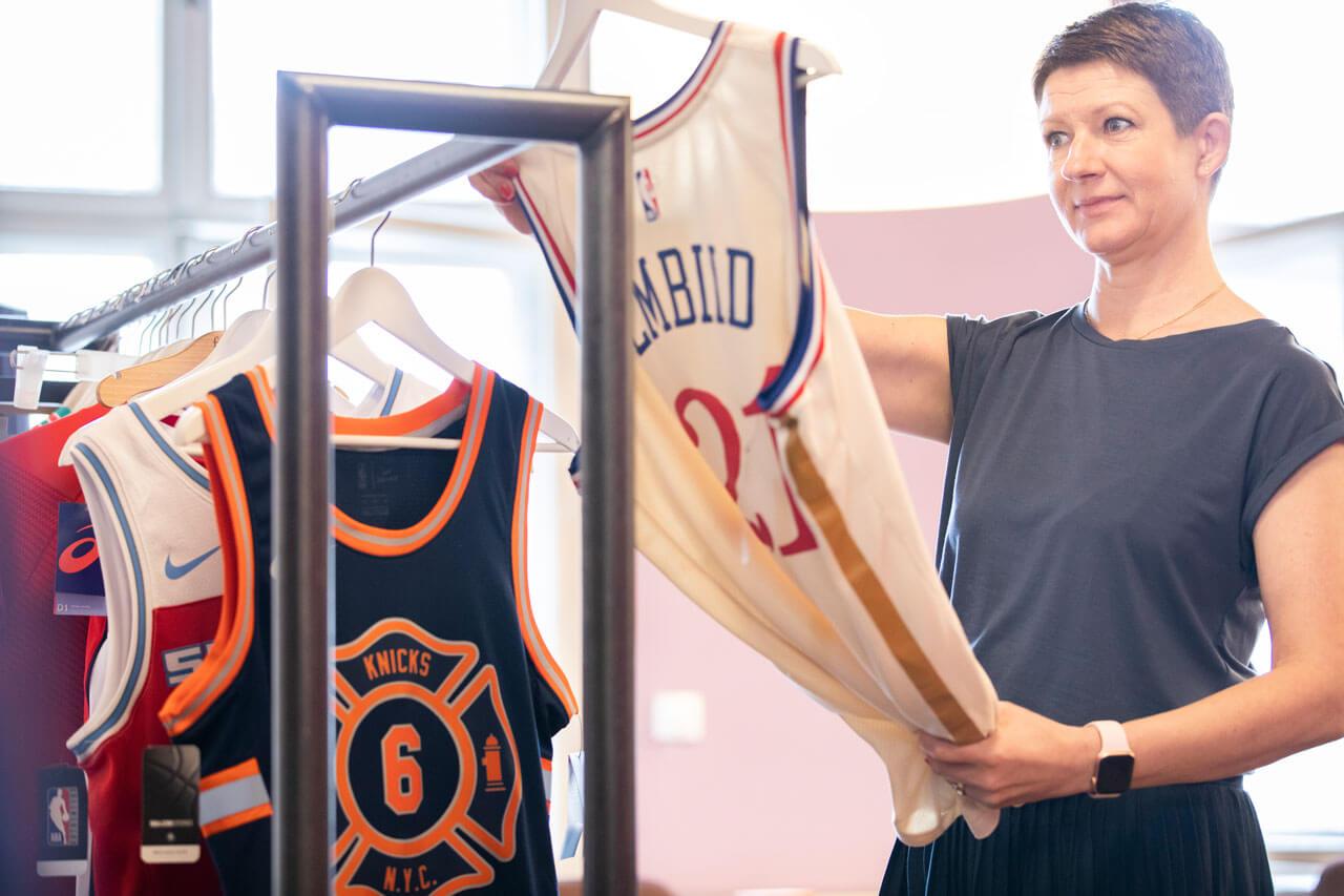 Eine Kollegin von Schröder+Schömbs PR betrachtet die neueste NBA Jersey Collection.