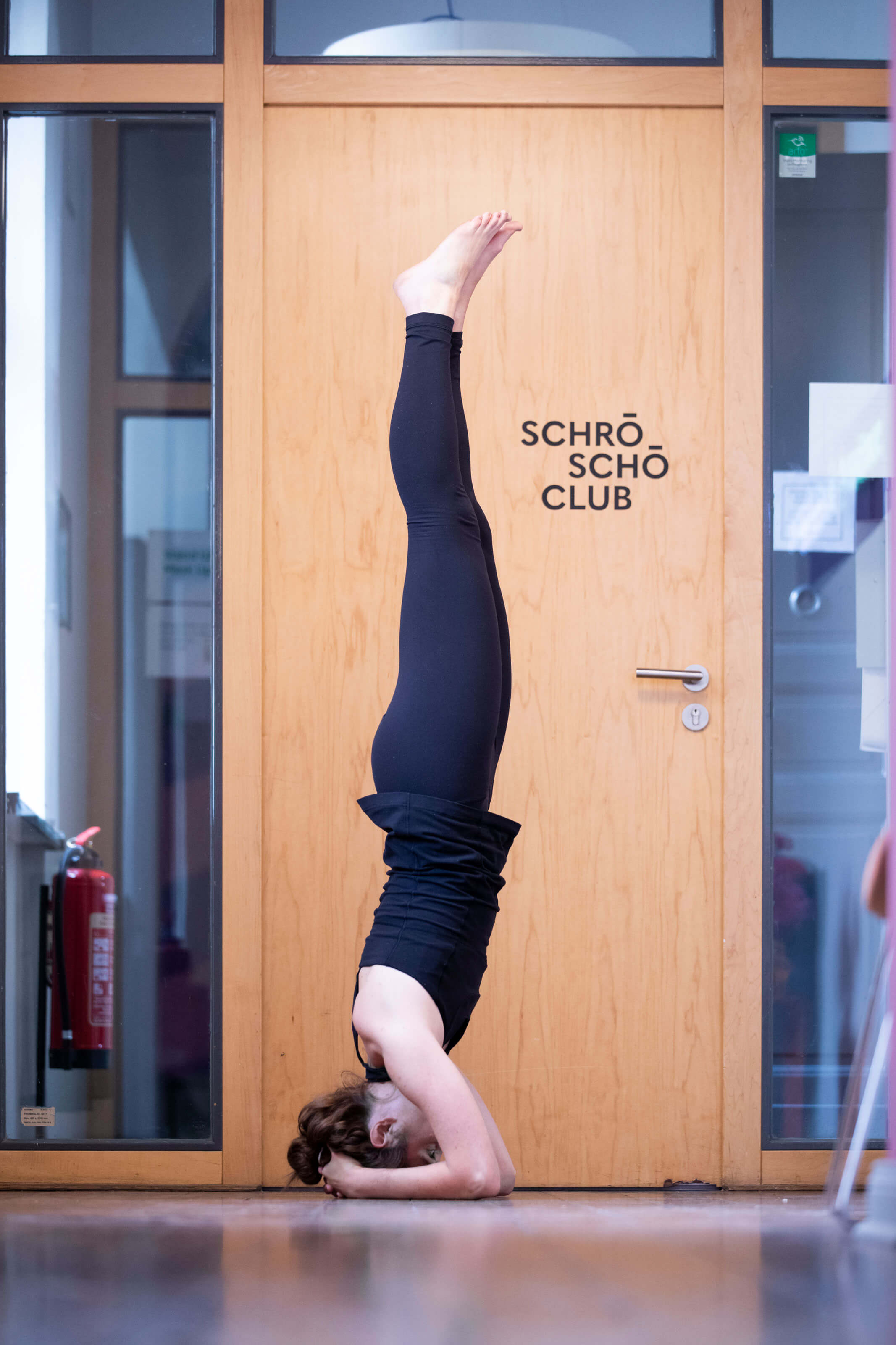 Eine Kollegin von Schröder+Schömbs PR steht Kopf – für eine Yoga-Pose.