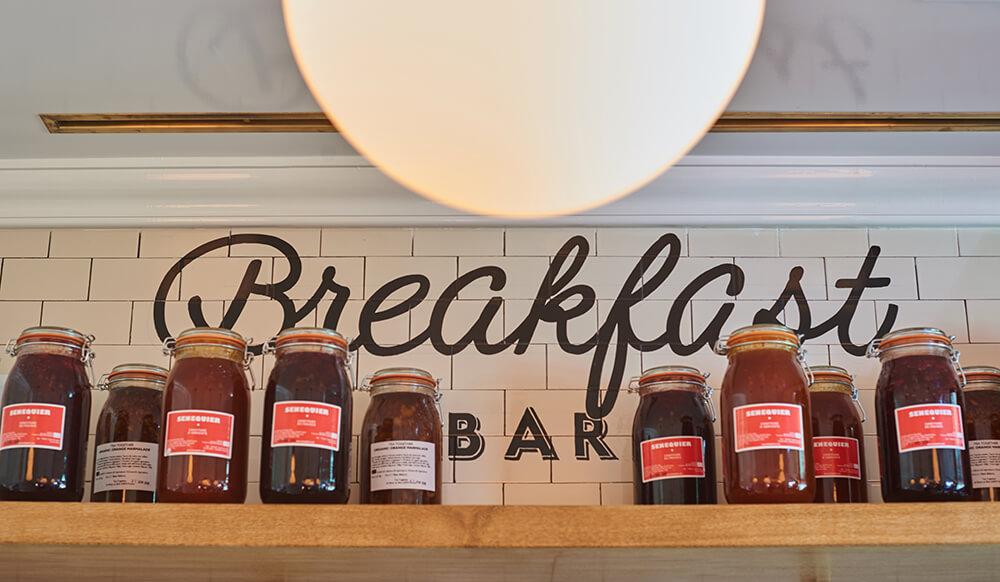 """Étagère avec écriture """"Breakfast BAR"""""""