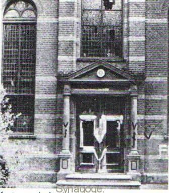 De synagoge in 1941, beklad met nazi symbolen