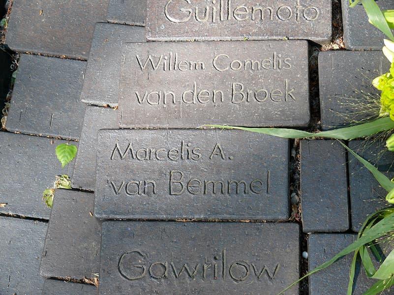De baksteen met de naam van M.A. van Bemmel (deel van het monument in Wöbbelin)