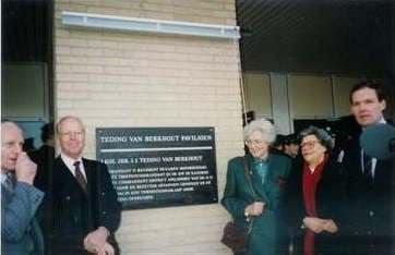 1e onthulling plaquette 20 november 1992 familieleden Teding van Berkhout