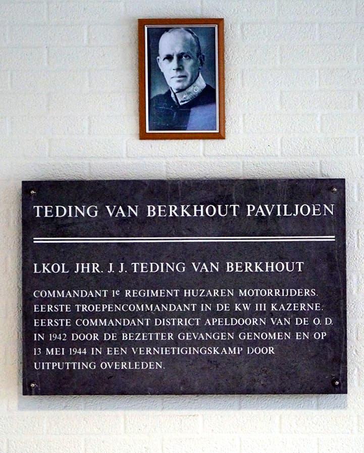 plaquette in de hal van het KEK gebouw
