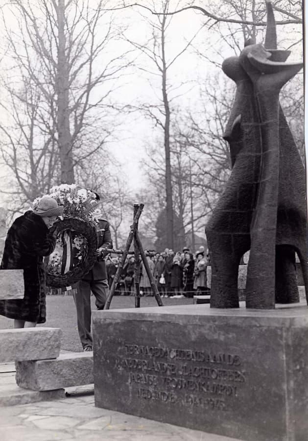 Onthulling op 15 december 1971 door H.M. Koningin Juliana