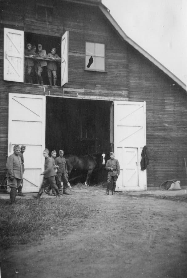 mobilisatie 1939/1940 huzaren voor de stal op landgoed De Ploeg (foto familie de Bruijn)