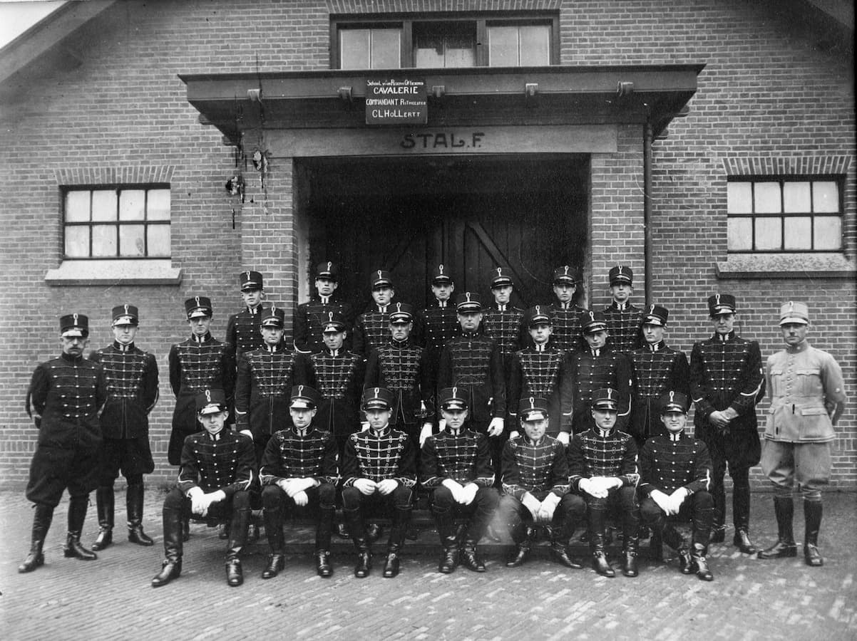 SROC klas 15 1 juli 1932 Dobbelmaan voorste rij, 3e van links (foto Cavaleriemuseum)