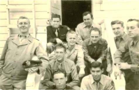 De voltallige bemanning van de Little Guy, links met pet in de hand Don McGurk, midden onder Kyle S. Smith, rechts daarvan Gustavo Contreras