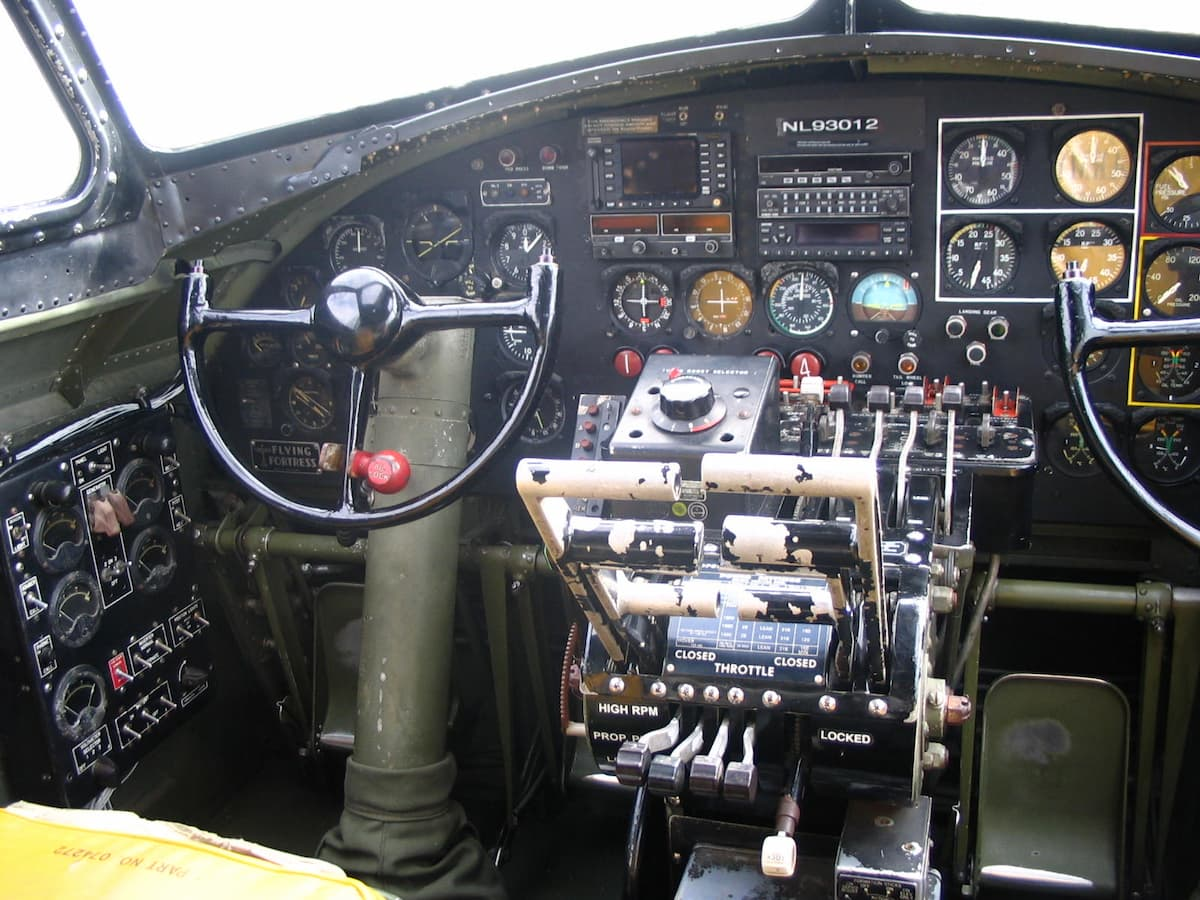 De stuurknuppel van de piloot in de cockpit van een B-17