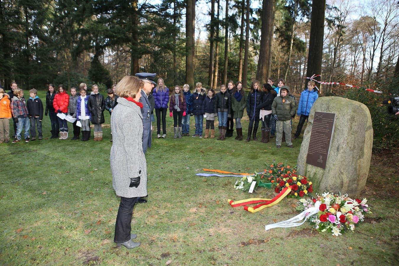 Een herdenking bij het monument (foto: Berg en Bosschool)