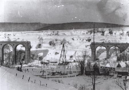 Het spoorwegviaduct na het bombardement van 26 november 1944