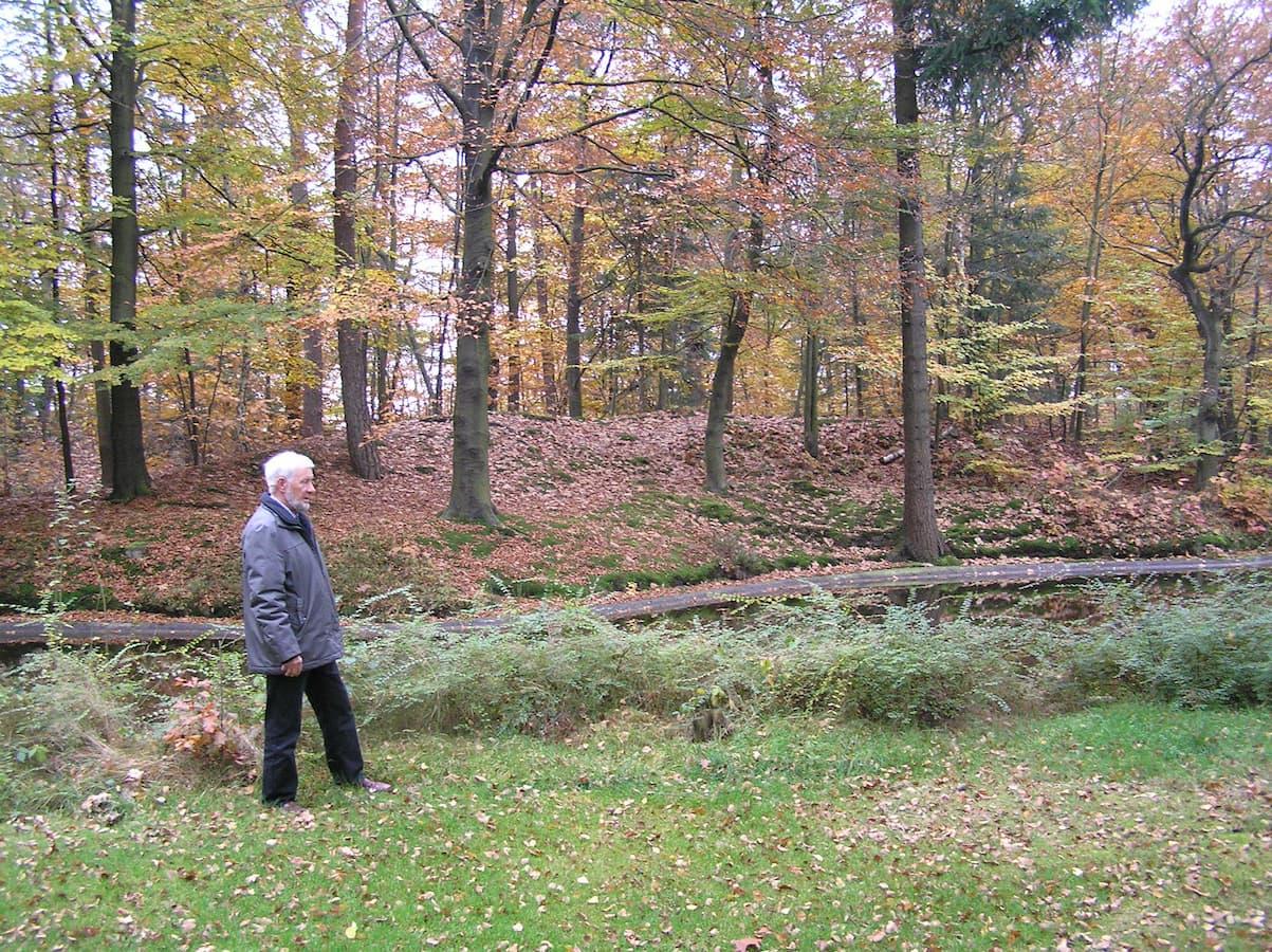 Marten van Houtum op de plaats van de crash, november 2007 (foto Jelle Reitsma)