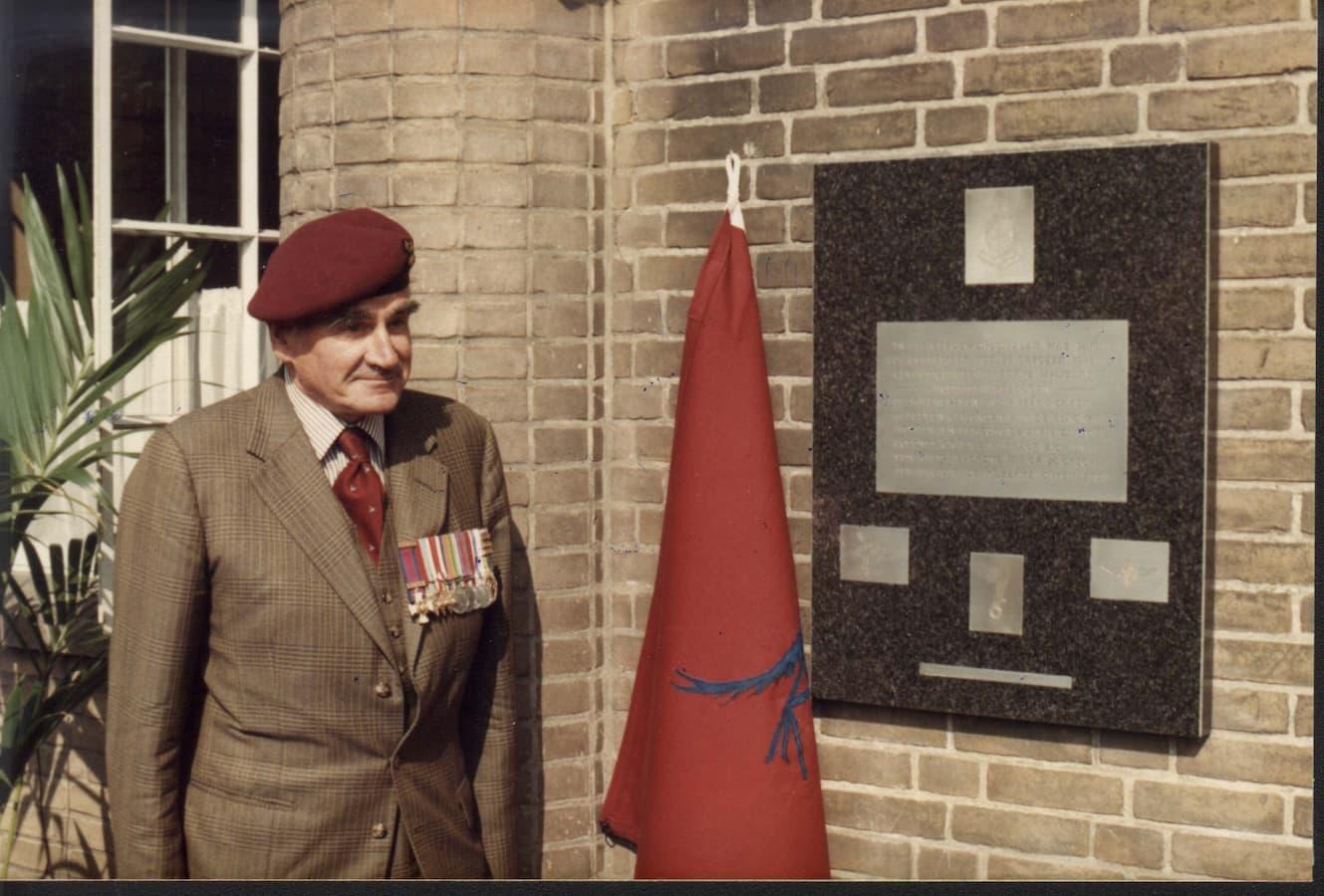 Kolonel arts b.d. Graeme Warrack bij de onthulling (foto: Joop Rump)
