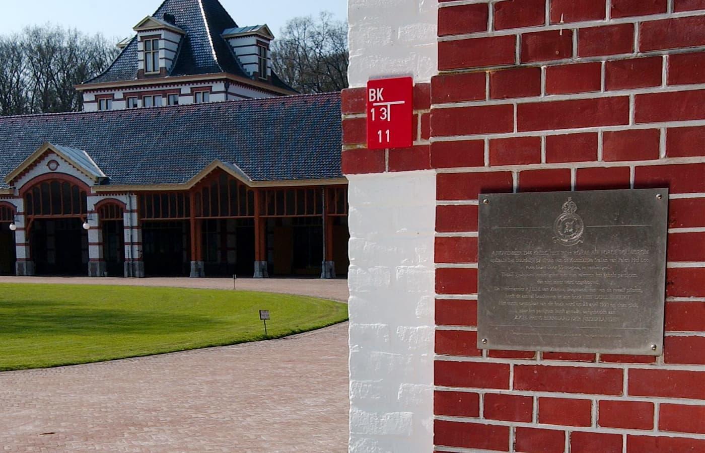 Gedenkplaat Koninklijke stallen Paleis het Loo