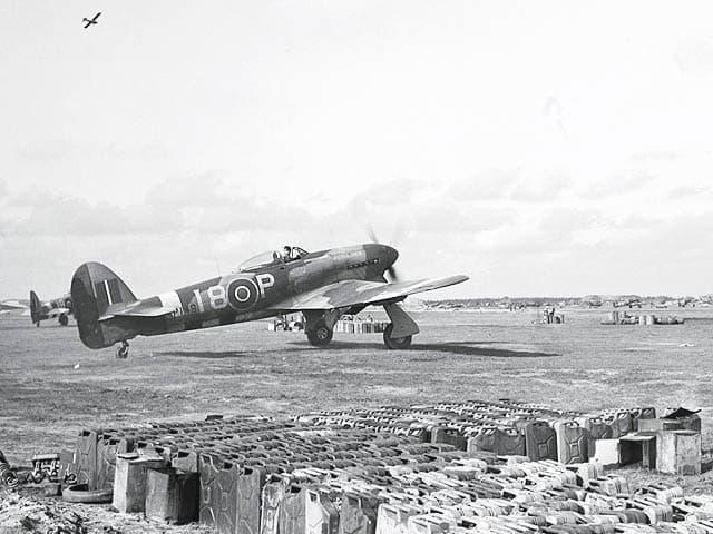 Typhoon op een geimproviseerd vliegveld