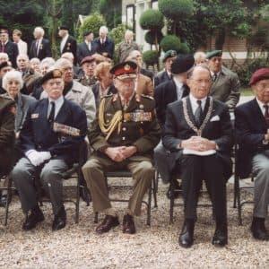 onthulling van het monument, v.l.n.r. kolonel b.d. Schreuders, Generaal-majoor b.d. Tack, burgemeester de Graaf
