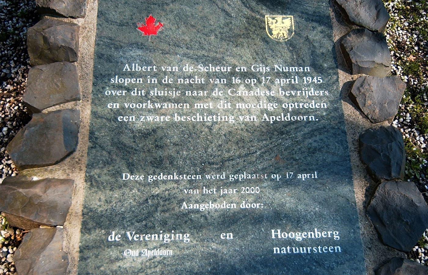 Gedenksteen bij het sluisje