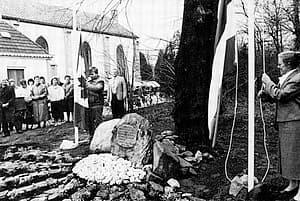 De onthulling van het gedenkteken op 17 april 1985