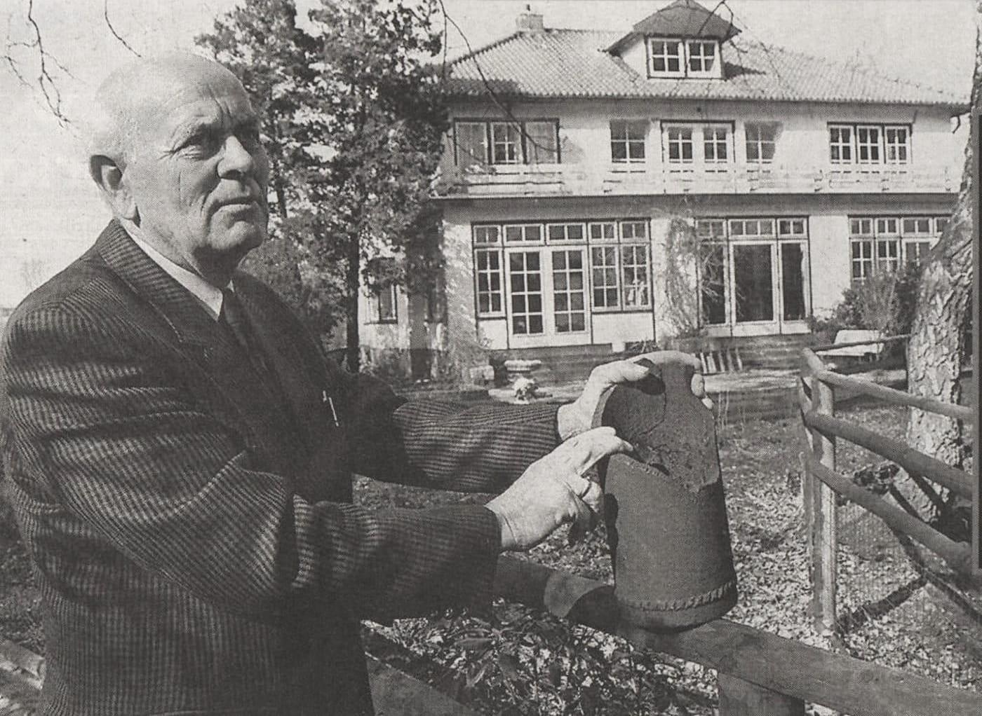 Toon Buitnehuis toont resten van de granaat bij villa Laag Buurlo