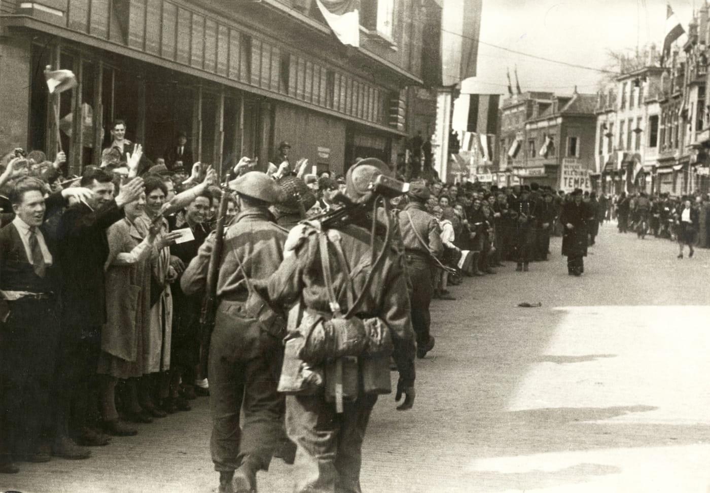 Intocht van de Canadezen op de Deventerstraat, 17 april 1945