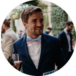 Marcel im Anzug als Gast auf einer Hochzeit