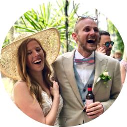 Maija und Jasper lachen auf ihrer Hochzeit in die Kamera