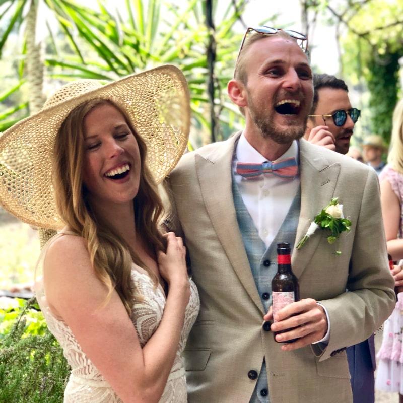 Brautpaar lacht in die Kamera