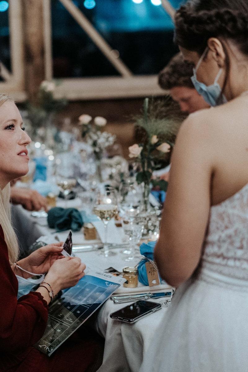 Braut auf ihrer Hochzeit mit Gesichtsmaske
