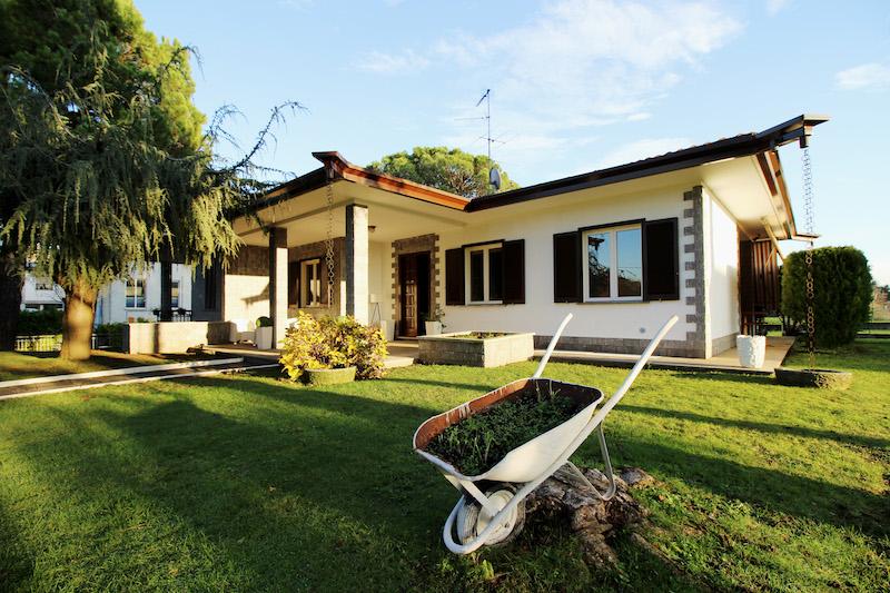 Elegante villa con grande giardino vicino ad Appiano Gentile