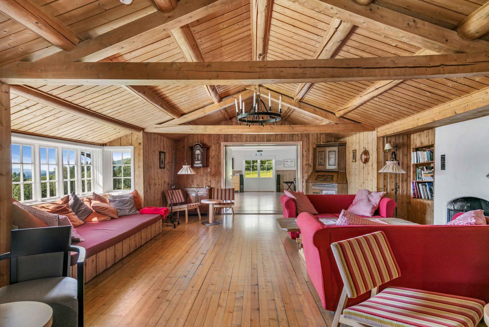 Bilde av innsiden på en hytte.