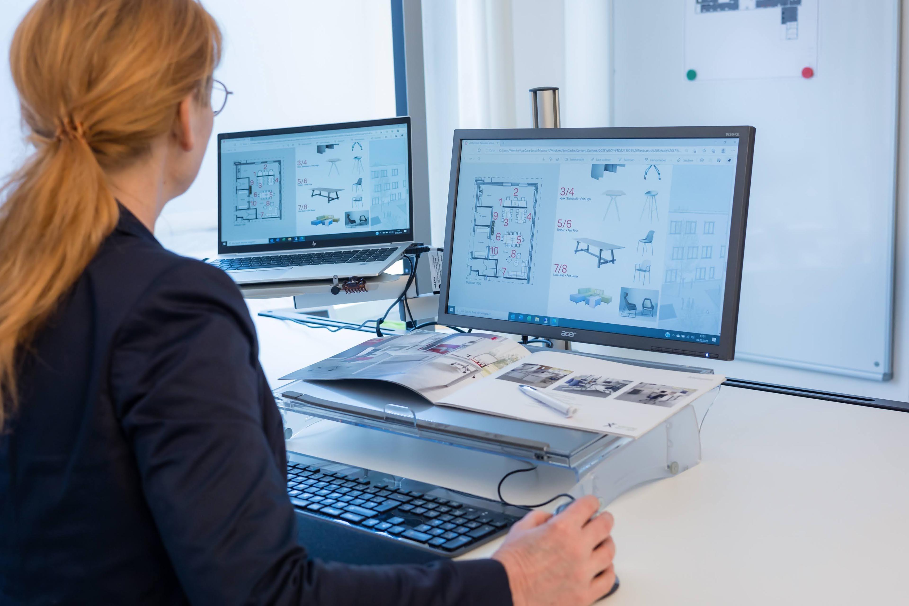 wermke bürokonzepte | Katrin Wermke bei der Planung