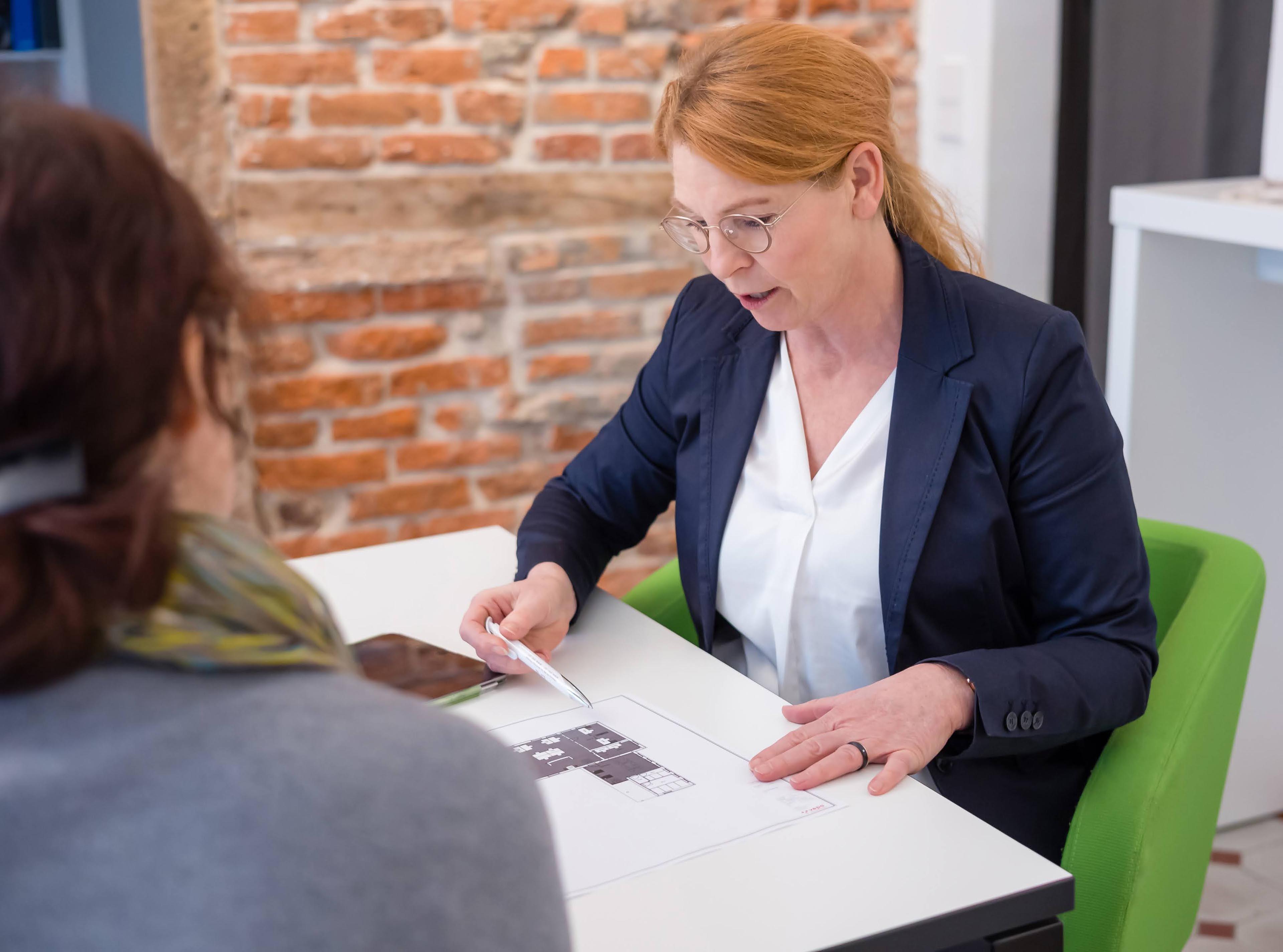 wermke bürokonzepte | Katrin Wermke in der Beratung