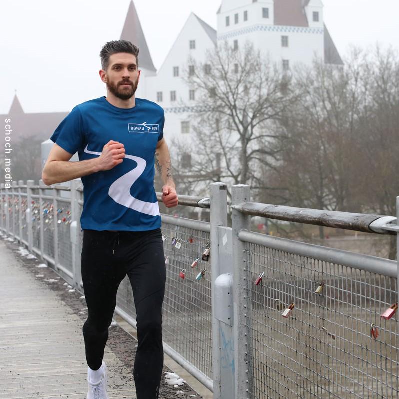 Sebastian Mahr läuft über eine Brücke