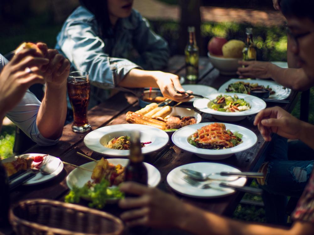 Draugai pietauja