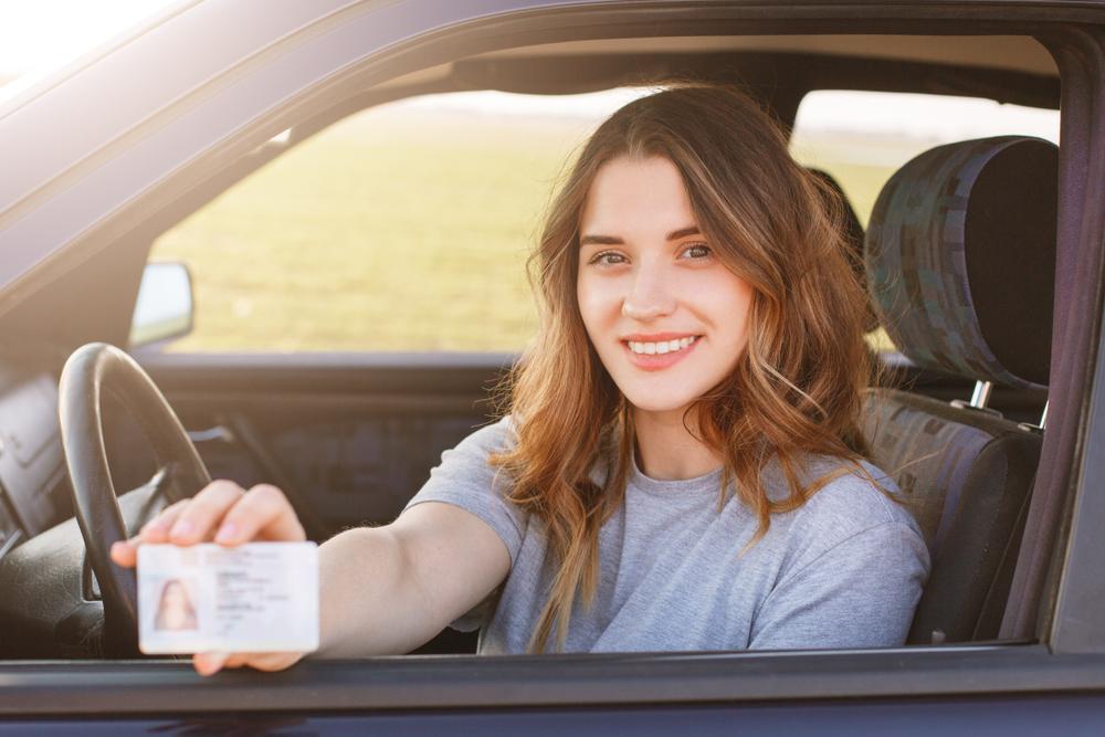 Mergina su vairuotojo teisėmis