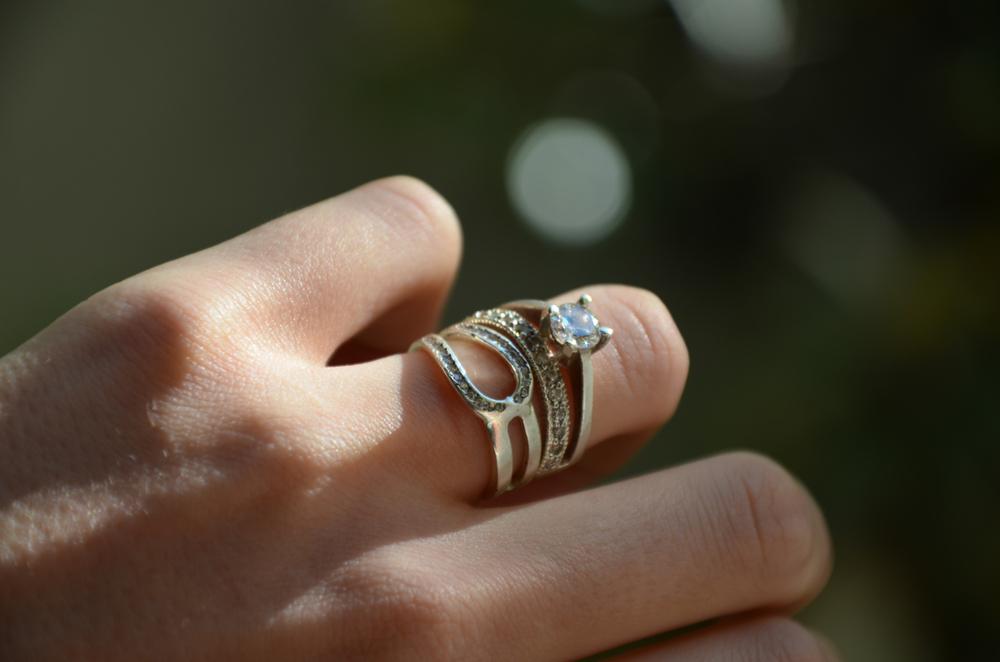 Mergina dėvinti kelis žiedus