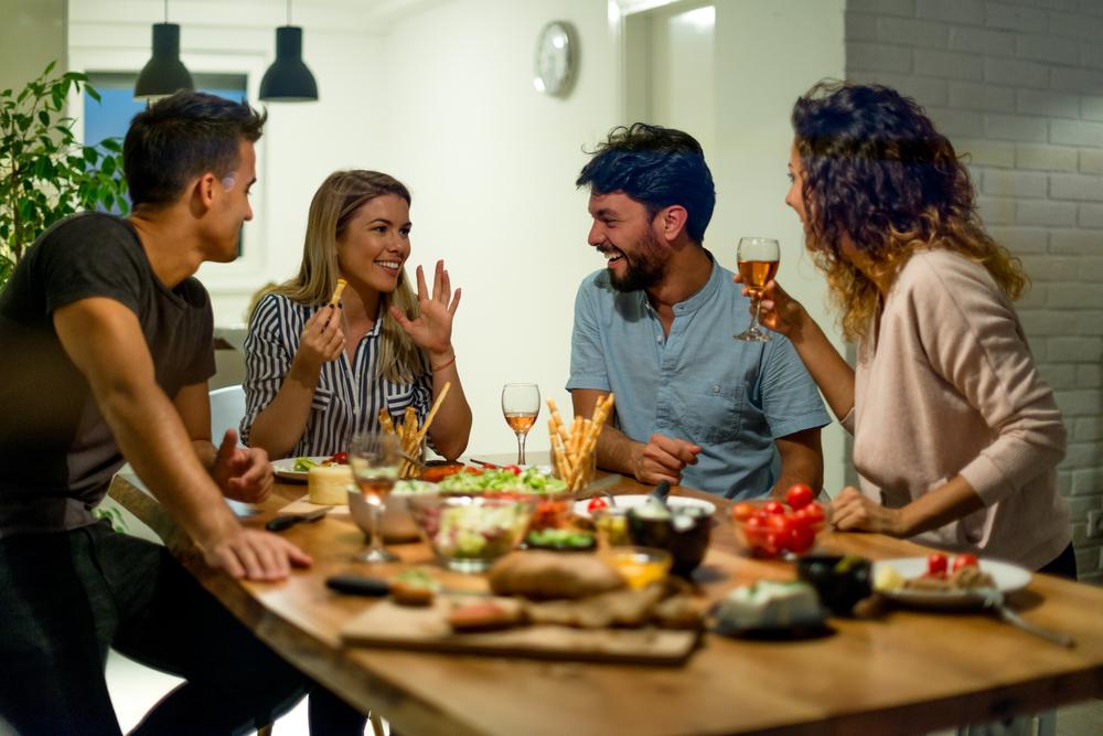 Vakarienė su draugais namie