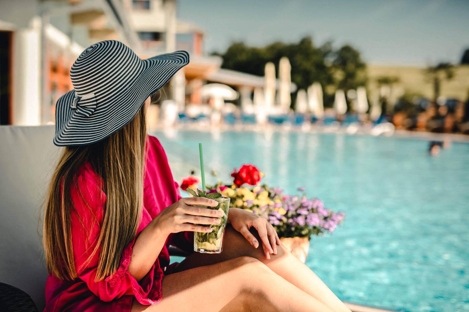 Slečna sa opaluje v resorte Kaskady pri vonkajšom bazéne
