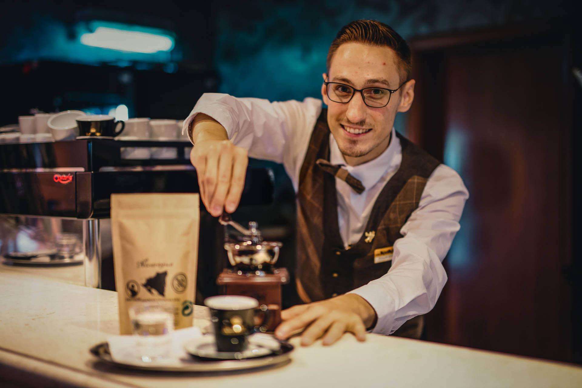 Lobby bar Kaskady - barman pripravuje kávu