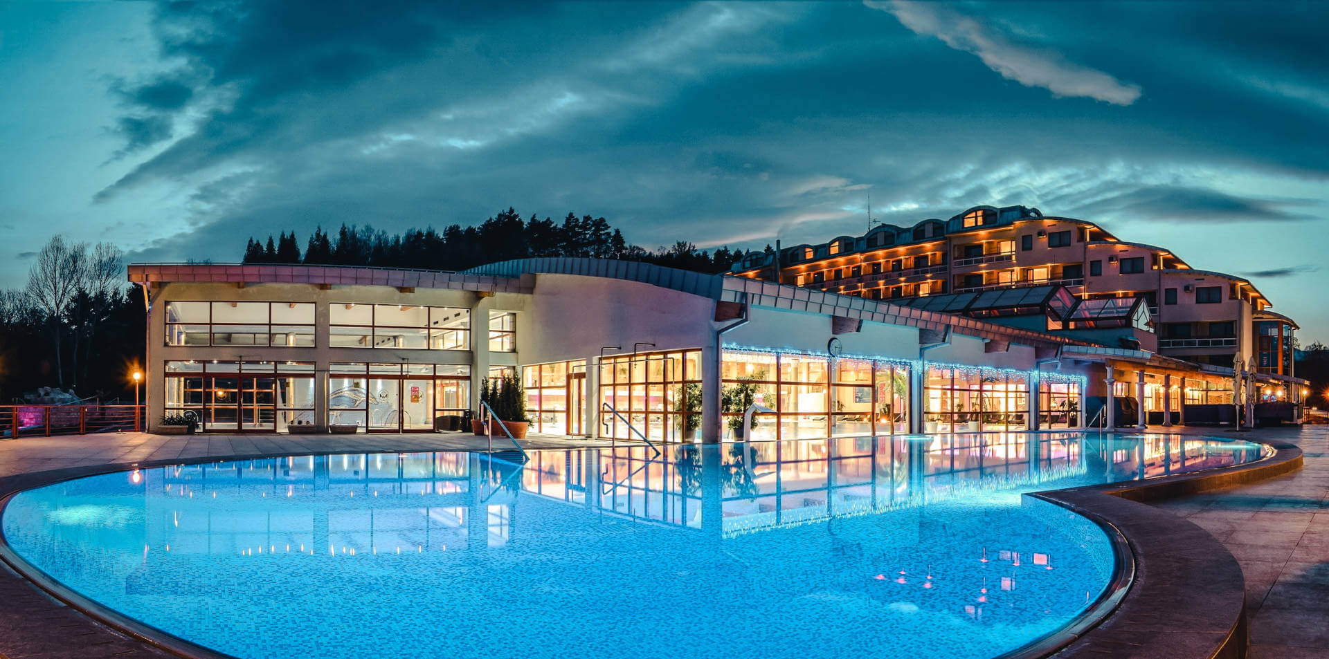 Termálny vonkajší bazén vo wellness a spa resorte Kaskady
