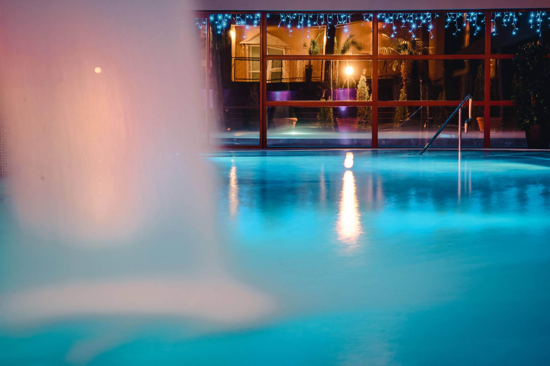 Termálny vnútorný bazén vo wellness a spa resorte Kaskady