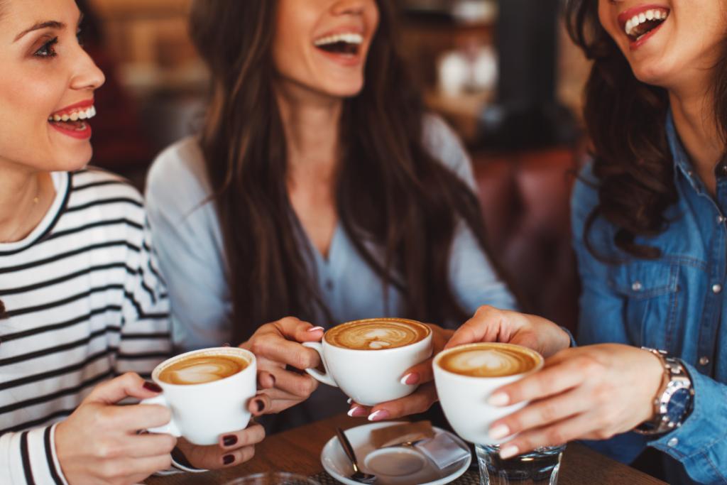 Среща на приятелки на по чаша кафе