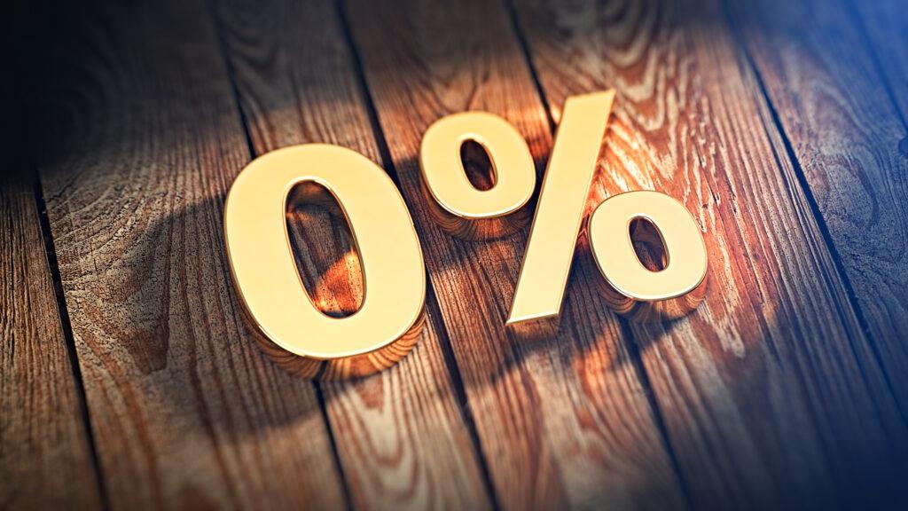 Концепцията за взимане на безлихвени кредити, показана с надпис 0 процента