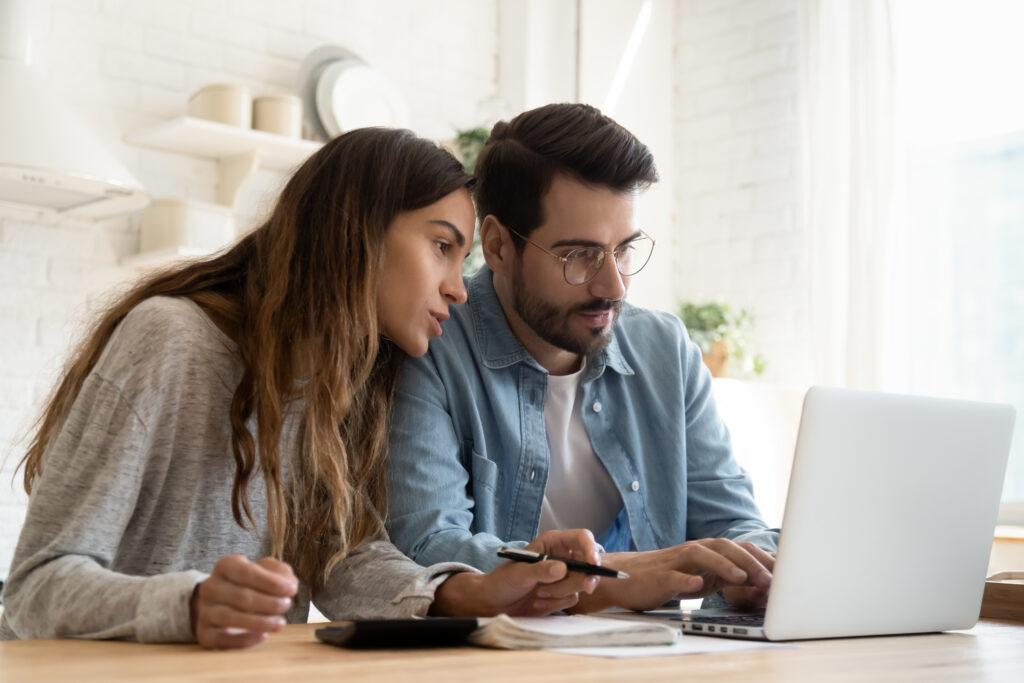 Мъж и жена, търсещи изгоден кредит изцяло онлайн