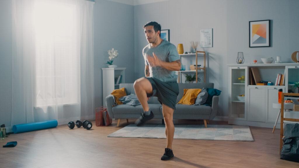 Мъж прави тренировки с бягане