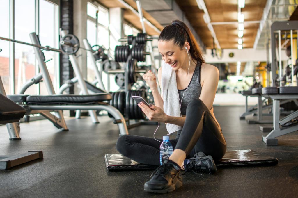 Момиче, използващо популярно мобилно проложение за трениране
