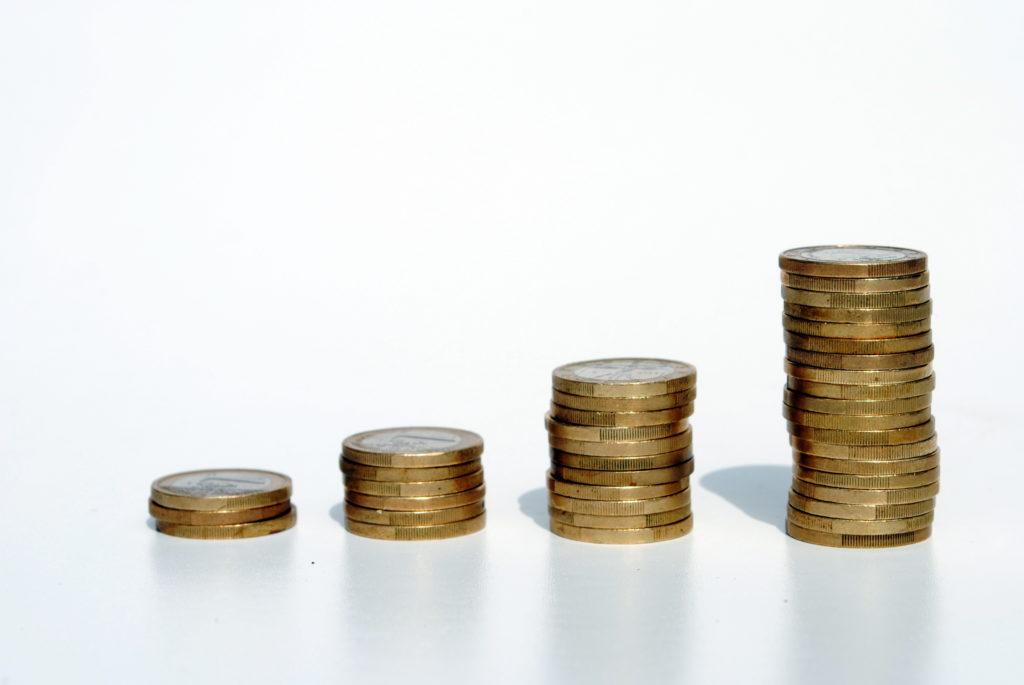 Овърдрафт, изобразен чрез символиката на натрупани купчини с монети