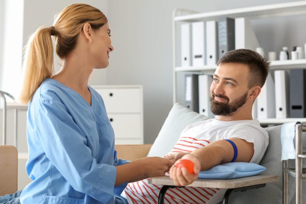 Лекарка, подготвяща мъж за процес по кръводаряване
