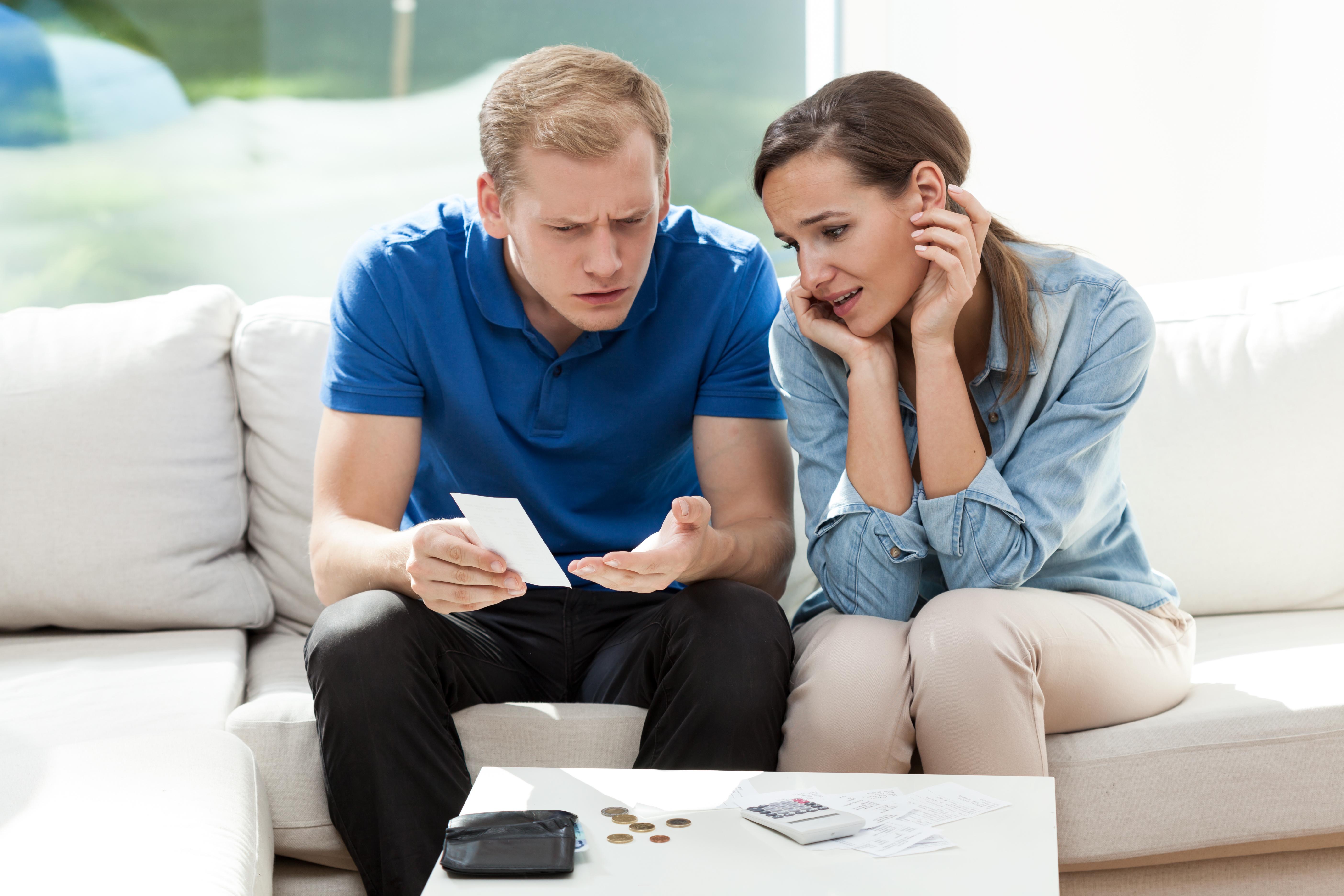 Неприятна изненада по лицата на мъж и жена заради неочаквано висока сметка
